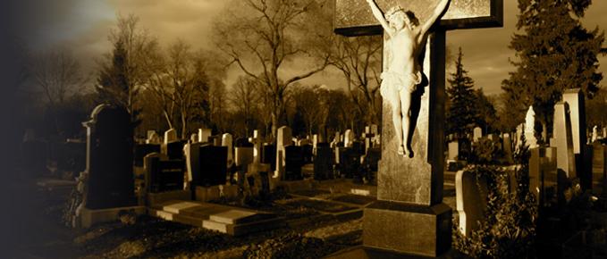 Беременная женщина на кладбище 54
